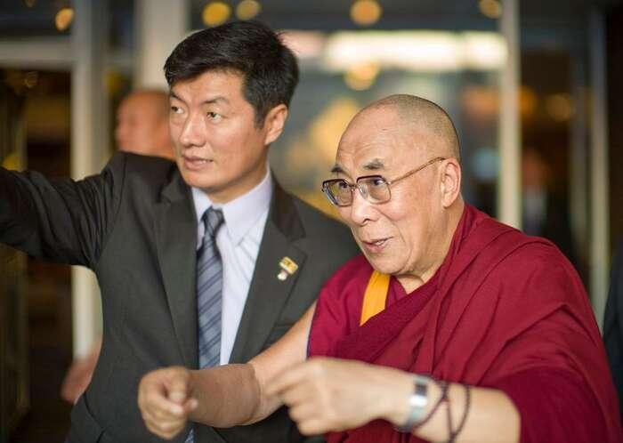 Dalajláma Tändzin Gjamccho (vpravo) aLozang Sanggjä, dosavadní tibetský premiér. Snímek byl pořízen vdobě začátků Sanggjäova vládnutí. Foto Christopher Prentiss Michel. WmC