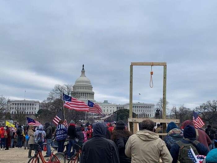 I část protestujících, která zůstala před Kapitolem anezúčastnila sevpádu, stojí zapozornost. Nakoho čekala tato šibenice? Foto MT