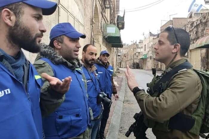 Issa Amro hovoří vjedné zulic starého Hebronu sokupačním vojákem. Foto FBIssa Amro