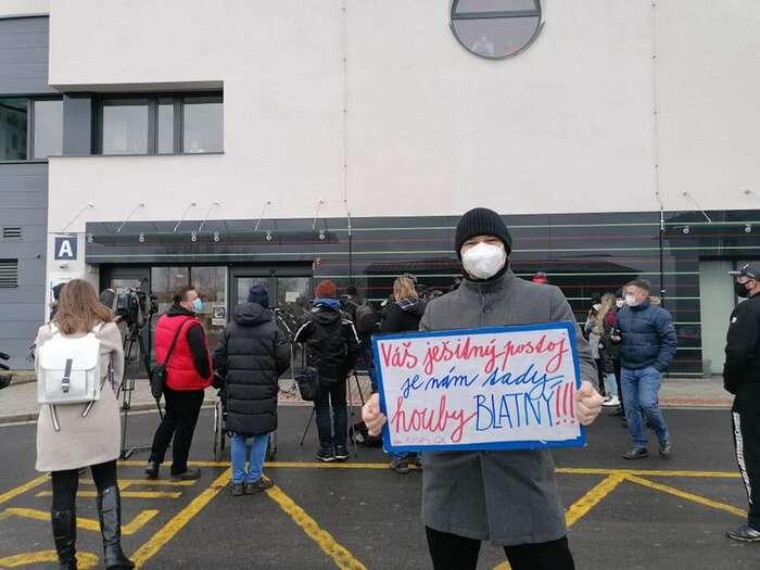"""Lidé vChebu """"přivítali"""" ministra Blatného vlastnoručními vzkazy. Najiných sepsalo: """"Pusťte sanitky snemocnými doNěmecka!"""" Foto Lucie Poláková"""