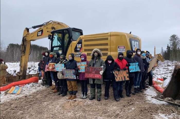 Zatímco dostavbu ropovodu Keystone XLJoe Biden zastavil, přípravy dalších navzdory protestům ekologů ipůvodních Američanů dál pokračují. Foto Twitter Resist Line 3