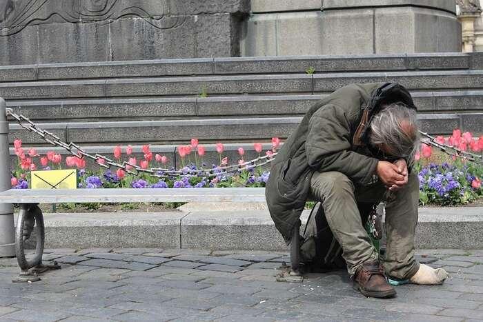Podle reprezentativního průzkumu mezi pražskými bezdomovci, kterých jednes nadvacet tisíc, devět procent znich, tedy osmnáct set, přišlo ostřechu nad hlavou vpřímé souvislosti sepidemií covid. OSněmovnou schválený odklad nájemného přitom vloni požádalo všehovšudy padesát lidí vcelé České republice. Foto Kilworth Simmondsová, flickr