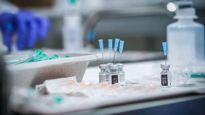 Vakcína odfirmy AstraZeneca svůj účel — bránit těžkému průběhu nemoci asmrti — plní dobře. Testy ukázaly, že zcelkem asi sedmnáctitisícového vzorku očkovaných onemocnělo jen 332 lidí, vnemocnici neskončil nikdo anikdo také nezemřel. Foto Twitter Andrej Babiš