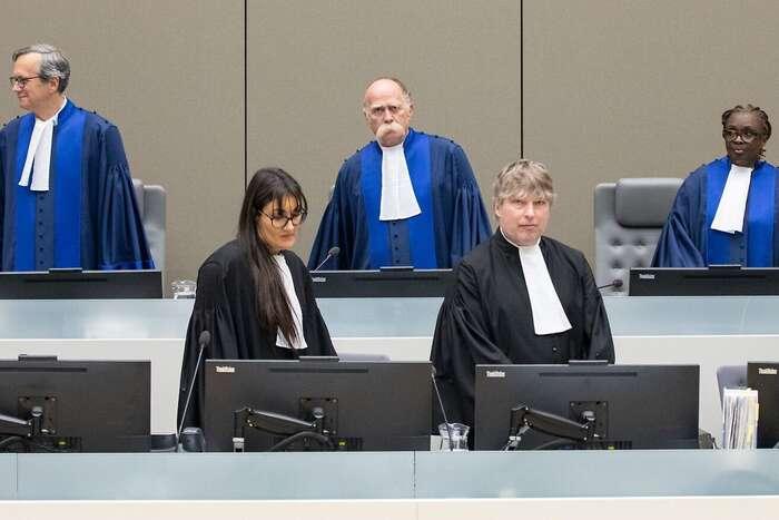 Rozhodnutí nebylo jednosvorné. Francouz Marc Perrin deBrichambaut (vzadu vlevo) měl částečně odlišný názor, ale rozhodnutí podpořil, stejně jako Reine Alapini-Gansouová zBeninu (vzadu vpravo). Naopak proti hlasoval adisidentní stanovisko vydal Maďar Péter Kovács (vprostřed). Foto ICC