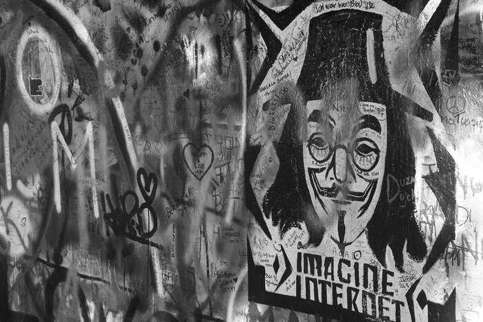 Mohou být zpravodajství ainformační infrastruktura — tedy živná míza jakékoliv demokracie — závislé nadigitálních technologiích, které pro své obrovské obecenstvo vytváří možnosti celosvětové svobody vyjádření, zatímco algoritmičtí (tedy ne-lidští) aktéři sezasazují odosud bezprecedentní šíření mylných zpráv adezinformací? Foto Alexandre Dulaunoy, Flickr