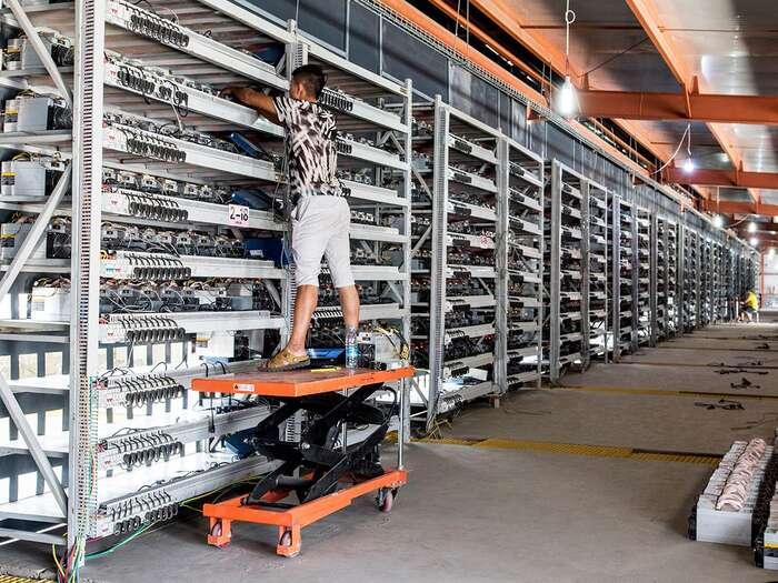 Elektřinu fakticky spotřebovávají tzv. těžařská centra — komplexy spočítači, které provádějí složité matematické výpočty, ježměnu chrání. Většina ztěchto center jevČíně. Provozovatelé jsou odměňováni vnově vzniklých — vytěžených — Bitcoinech. Foto Stefen Chow, IEEES