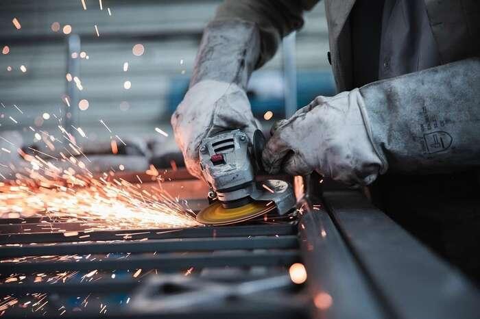 Pokud podniky neuzavře vláda, zavřou senakonec samy, protože vnich nezůstane nikdo, kdo bymohl pracovat, říká předseda Odborového svazu KOVO Jaroslav Souček. Foto Pixabay