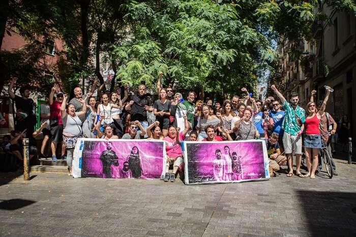 Komunita barcelonské čtvrti Raval, která zvítězila nad mocným nepřítelem, nadnárodním spekulantem snemovitostmi jménem Blackstone. Foto Sira Esclasans