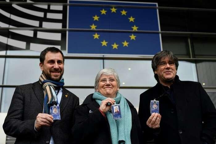 Toni Comín (vlevo), Clara Ponsatíová aCarles Puigdemont sesvými europoslaneckými kartami. Foto BP
