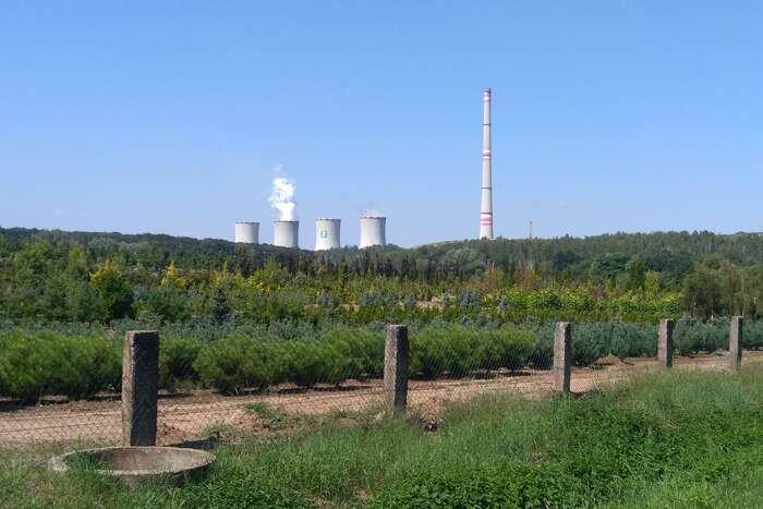 Páru zchladících věží budou lidé žijící vokolí chvaletické elektrárny vídat pravděpodobně méně často než dříve. Kvůli úředním lhůtám anedostatkům vpodkladech sehnědouhelnému provozu nejspíš nepodaří včas získat povolení, najehož základě bymohl překračovat nové emisní limity platné odsrpna. Foto Michal Louč, WmC