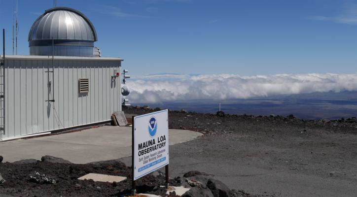 Aktuální informace, snimiž meteorologové pracují, pocházejí zobservatoře Mauna Loa. Nachází sena Havaji poblíž stejnojmenného vulkánu akvýzkumu atmosféry přispívá už odroku 1957. Díky umístění daleko odníže položených avíce znečištěných oblastí dokáže spolehlivě monitorovat složení ovzduší. Vědci využívají zejména její data okoncentracích oxidu uhličitého. Foto NOAA Research