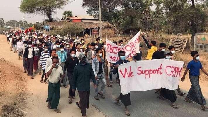 Protestní průvod nabarmském venkově. Včele transparent svyjádřením podpory výboru naobranu parlamentu CRPH. Foto archiv AAPP