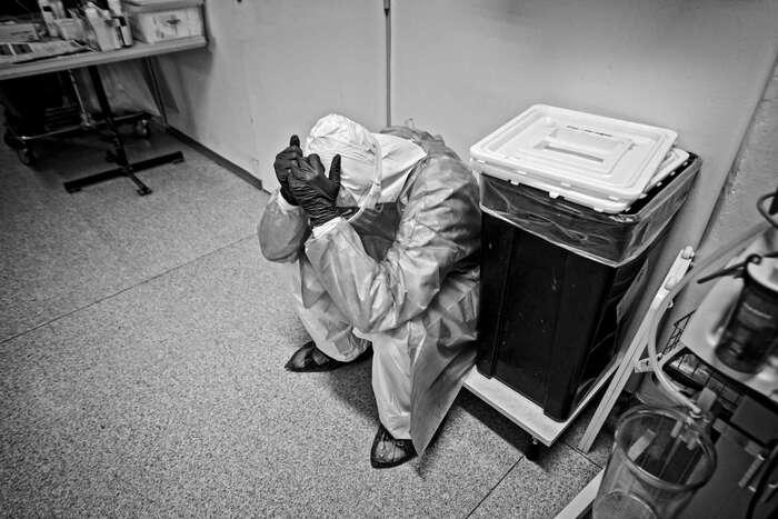 Vyhoření, jehož příčinou jedlouhotrvající stres zpráce anedostatek odpočinku, ústí vúnavu, ztrátu pocitu smysluplnosti práce, apatii, potažmo deprese. Symptomy středně těžké či těžké deprese koneckonců podle téže studie trpí desetina lékařů. Foto Patrik Uhlíř.cz