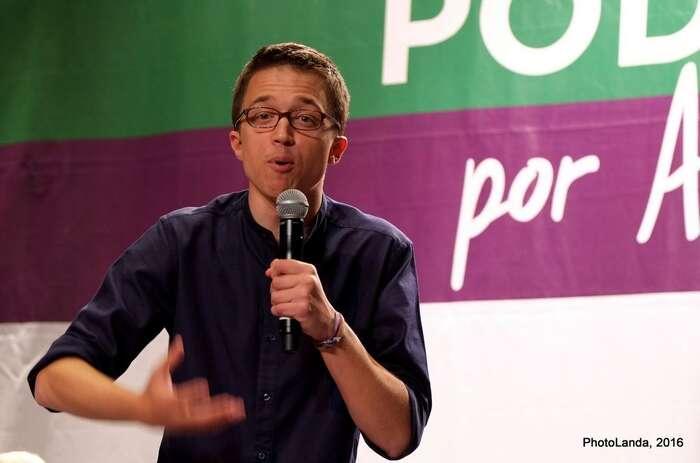 Opatření sina současné vládě vynutil Íñigo Errejón  —  jeden zezakladatelů Podemos. Errejón hnutí později opustil adnes má vlastní stranu Más País. Tapodmínila podporu vládě právě testováním čtyřdenního pracovního týdne. Foto PhotoLanda, flick.com