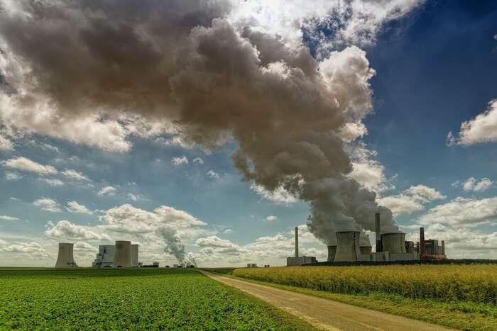 Cena emisní povolenky trhá rekordy, vsoučasnosti seprodává zavíce než dvaačtyřicet eur zatunu uhlíku, banky ipojišťovny dávají oduhlí ruce pryč asílí občanské hnutí požadující řešení klimatické krize. Foto jplenio, pixabay.com