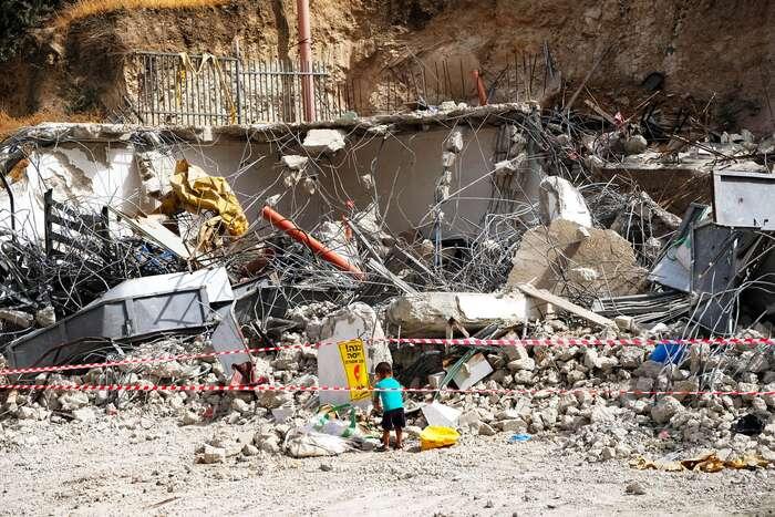 Pokud žije palestinská komunita naúzemí, okteré má Izrael zájem, její obyvatelé nedostanou odúřadů povolení kestavbě. Musejí sitedy stavět domy nelegálně — někde bydlet musí. Apak přijde Izrael ajejich domovy zdemoluje. Foto Lucie Šarkadyová