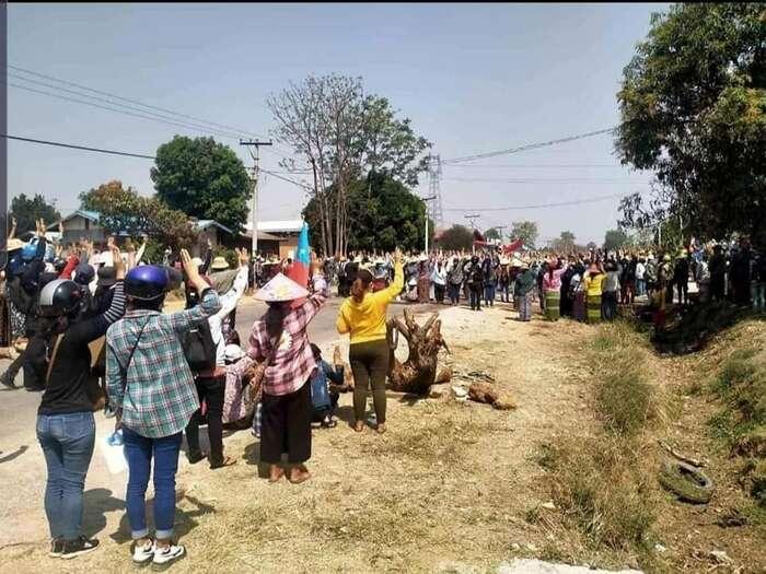 Ke konci března začala armáda jako trest vypalovat domy vesničanů, kteří sezúčatnili protestů. Foto AAPP