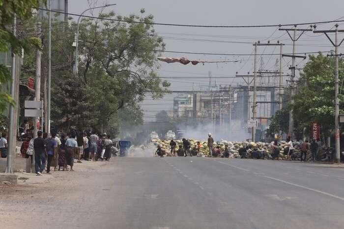Ulice velkých měst začínají připomínat válečné zóny. Foto AAPP