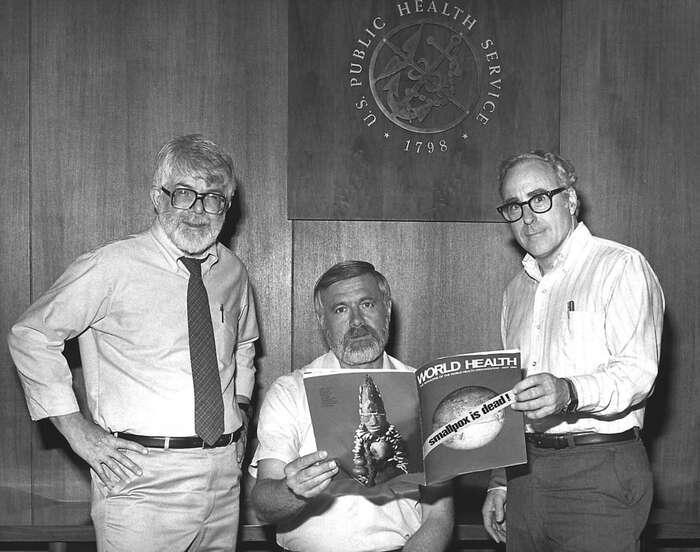 """Tři zvýznamných činitelů eradikačního programu neštovic, doktoři Donald Millar, William F. Foege aMichael Lane, roku 1980 stitulní stránkou časopisu hlásající """"pravé neštovice jsou mrtvé!"""". Nazadní straně listu mimochodem vidíme stejnou sošku Sopony, jakou jsme umístili nazačátek článku. Foto Archív Centers for Disease Control"""