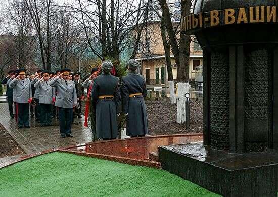 Ruští vojenští pohlaváři vzdávají čest upamátníku zemřelým agentům GRU. Foto archiv ruského ministerstva obrany