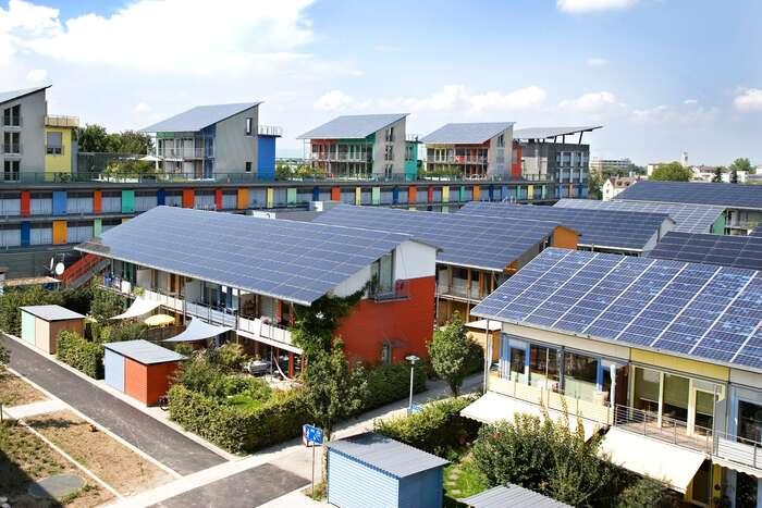 O podobných obrázcích sivčeských zemích bohužel zatím můžeme jen nechat snít. Solární komunita vněmeckém Freiburgu. Foto Andrewglaser, WmC