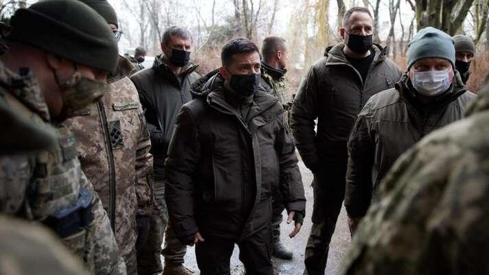 Ukrajinský prezident Zelenskyj při návštěvě jednotek nadonbaské demarkační linii. Foto President.gov.ua