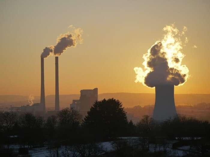"""""""Pojišťovny jsou významnými ekonomickými hráči, kteří svým působením natrhu pomáhají nejen zvládat rizika spojená srůznými druhy podnikání, ale iutvářet směřování ekonomiky jako celku,"""" vysvětlují autoři zprávy zplatformy Re-set. Vyzývají proto, aby pojišťovny conejrychleji skoncovaly sjištěním fosilních korporací anapomohly tím kdekarbonizaci energetiky. Foto MonikaP, Pixabay"""