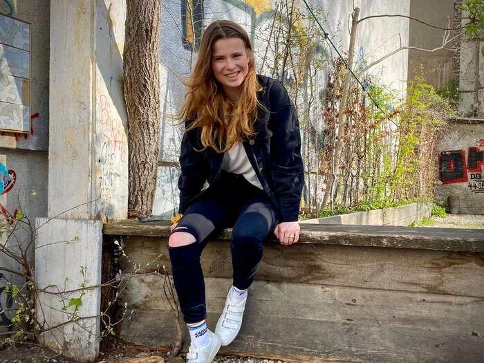 Na klimatický zákon sistěžovala skupina devíti mladých lidí, jednou znich byla nejznámější německá představitelka studentského hnutí Fridays For Future Luisa Neubauerová. Podpořily jeněmecké občanské aekologické organizace jako Greenpeace, BUND nebo Fridays for Future. Foto Twitter Luisa Neubauer