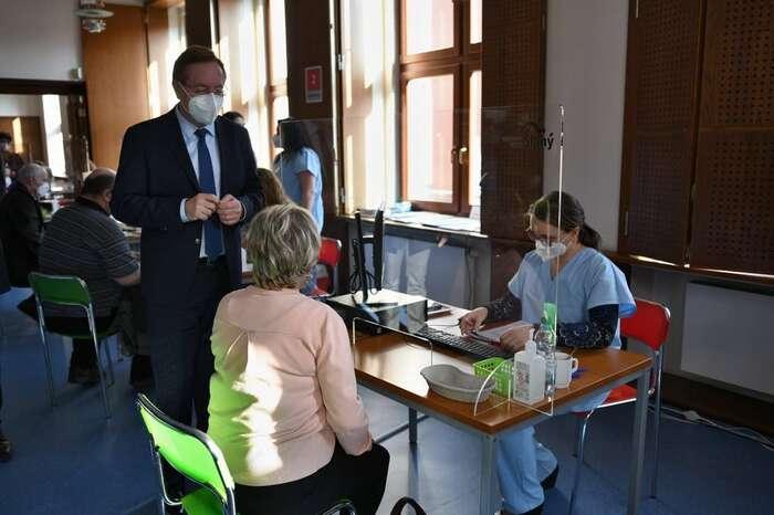 Ministr zdravotnictví Petr Arenberger nanávštěvě očkovacího centra nemocnice veSlaném. Snímek vystihuje českou realitu lépe než spektakulární záběry zvelkokapacitních hal. Foto FBMZd