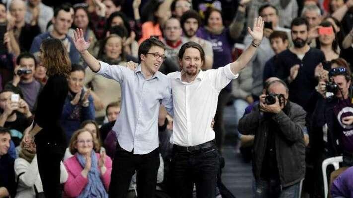 Období četných pří ostrategii iosobních sporů vletech 2016 a2017 vyústilo vodštěpení skupiny kolem druhého nejvýraznějšího muže Podemos Íñiga Errejóna. Ten sipozději založil vlastní stranu Más País. Zde Errejón aIglesias ještě společně nasjezdu Podemos vroce 2014. Foto RTVE
