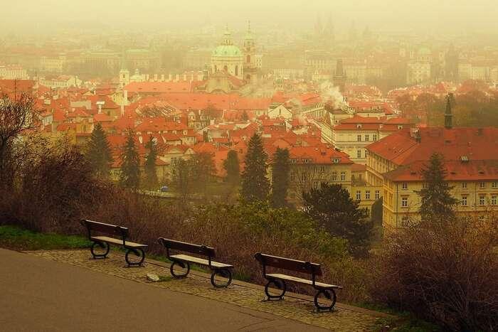 S nadlimitním znečištěním ovzduší má dlouhodobě problémy většina států Evropské unie včetně České republiky. Aktuálně vede Evropská komise stuzemskými úřady řízení kvůli zvýšeným koncentracím oxidu dusičitého aprachových částic. Foto MAKY_OREL, Pixabay