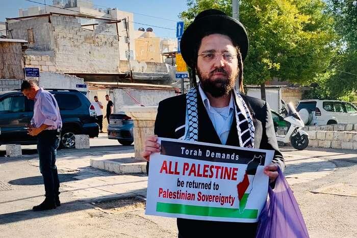 """Mezi protestujícími byli iortodoxní Židé. """"Jsme tady, protože chceme říct, že sionismus není judaismus. Ješpatné vystěhovávat Palestince zjejich domovů, ješpatně, že Izrael chce mít Jeruzalém jenom židovský. Jde toproti samotnému judaismu amusíme setomu postavit."""" Foto Lucie Šarkadyová"""
