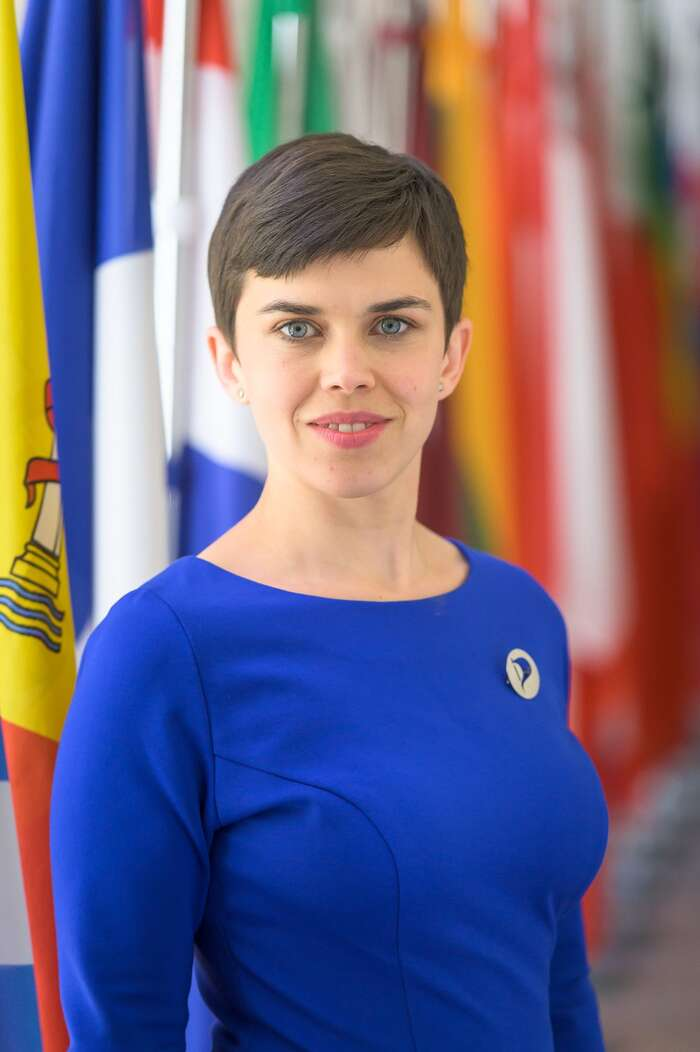 Jediná žena, která společně smuži všedomodrých oblecích představovala koaliční volební program akandidátní listiny pro podzimní sněmovní volby, byla první místopředsedkyně Pirátů, poslankyně Olga Richterová. Tapovede koaliční kandidátku vhlavním městě Praze. Foto Piráti, Flickr