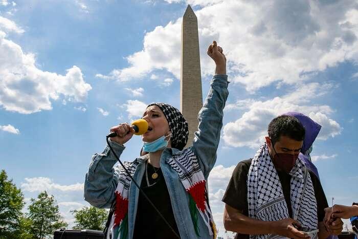 Protesty zapráva Palestinců byly tentokrát vUSA početnější, jak codo účasti tak codo počtu míst, kde sekonaly. Mariam Abou Ghazalová hovoří kdemonstrantům naakci veWashington D. C. Foto Tasos Katopodis, Getty Images via AFP