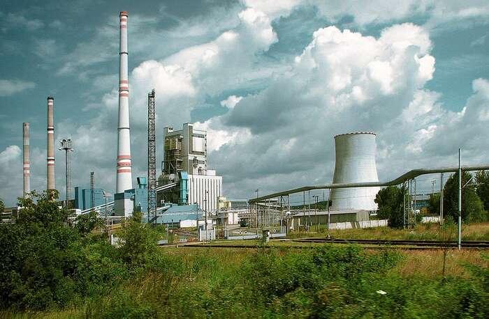 Ačkoli definitivní datum odklonu oduhlí společnost ČEZ neoznámila, doroku 2030 zněj bude vyrábět postupně čím dál méně. Jako náhradu však chce využít ibludná řešení jako jádro či fosilní plyn — tak jako velektrárně Mělník III, kde seuhlí přestane spalovat letos vlétě. Foto Ralf Roletschek, WmC