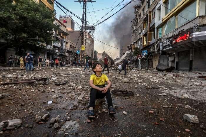Gaza, květen 2021. Kdokoli má zato, že prohlášení evropských politiků jsou rozumně vyvážená, měl bysi nachvíli představit, jak byvypadaly reakce Evropy aSpojených států, pokud byse aktéři vsituaci prohodili: Palestinci byokupovali Izrael, stavěli najeho území osady, blokovali byněkterou jeho část abombardovali byletectvem židovské enklávy, znichž bymístní militantní síly odpalovaly rakety. Foto Mohammed Zaanoun