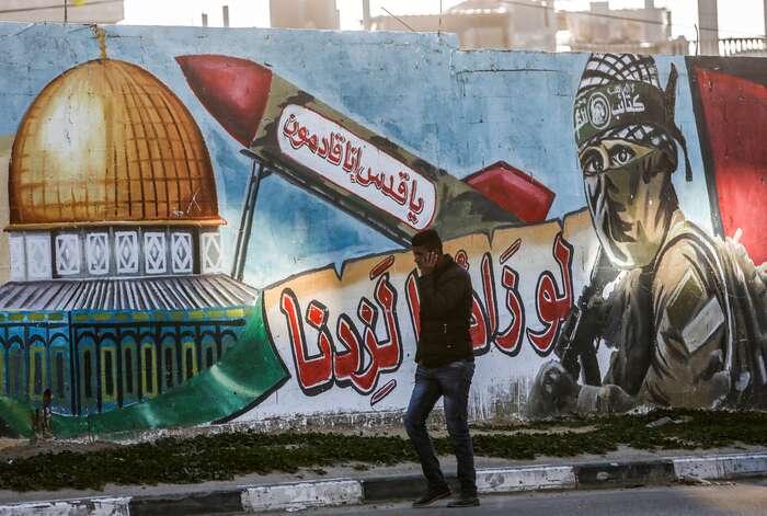 Palestinské gafiti změsta Rafáh vGaze oslavující ozbrojené křídlo Hamásu. Nápisy varabštině slibují znovuzískání Jeruzaléma. Foto Said Khatib, AFP