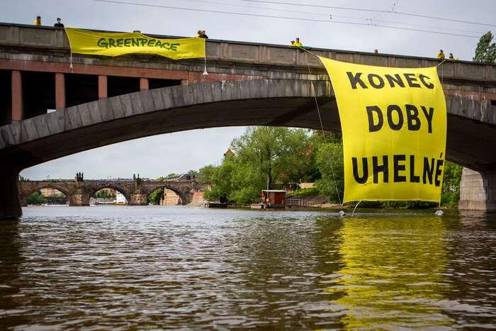Zástupci hnutí Greenpeace před jednáním vlády vyvěsili zpražského Mánesova mostu transparent. Foto Barbora Sommers, Greenpeace