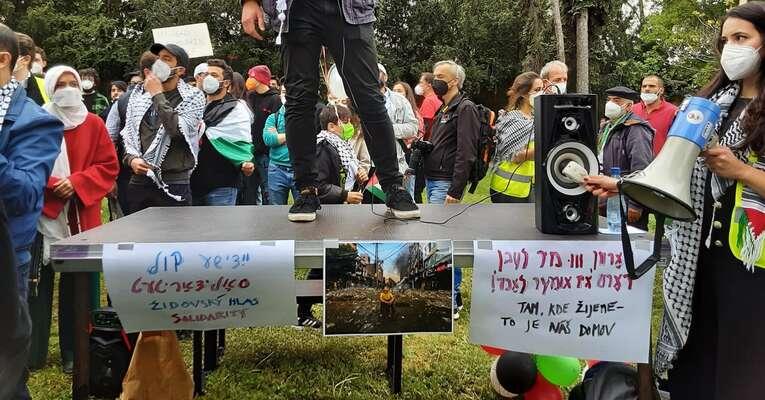 """""""Stojím tu, protože jako Židovka nechci být spoluzodpovědná zato, cose děje vestátu Izrael avGaze. Děsí mne představa, že ti, kdo sizažili nejstrašnější ponížení, utrpení agenocidu, chystají totéž jiným. Anechci ani pomyslet, že seto děje mým jménem."""" Foto FBŽidovský hlas solidarity"""