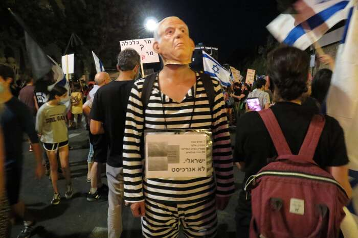 Netanjahuova figurína vevězeňském úboru. Momentka zloňských protestů. Foto Jaara DiSegni, WmC