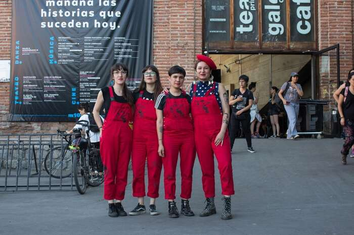 Colectivo LasTesis jeumělecká feministická skupina původem zchilského města Valparaíso. Svyužitím performance upozorňují nagenderová témata apřevádějí feministické teorie domultimediálního formátu. Foto Archiv LasTesis