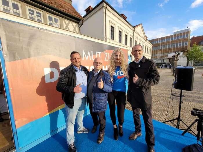 Tým saskoanhaltské AfD při kampani. Lídr kandidátky Oliver Kirchner vmodré bundě. Navzdory předpovědím strana prohrála sCDU ještě výrazněji než minule. Foto FBAfD Sachsen-Anhalt