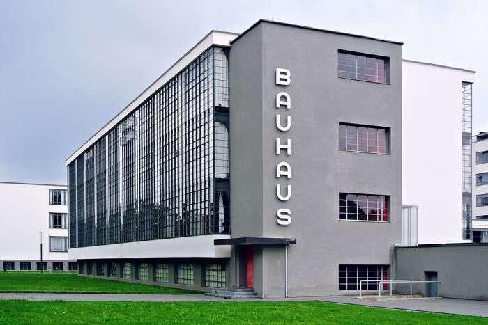 """Minulost táhne nahoru, chlapík vDessau už ví, že Bauhaus není jen fanka, fartáč aheslo """"když seto má podařit"""". Foto Spyrosdrakopoulos, WmC"""