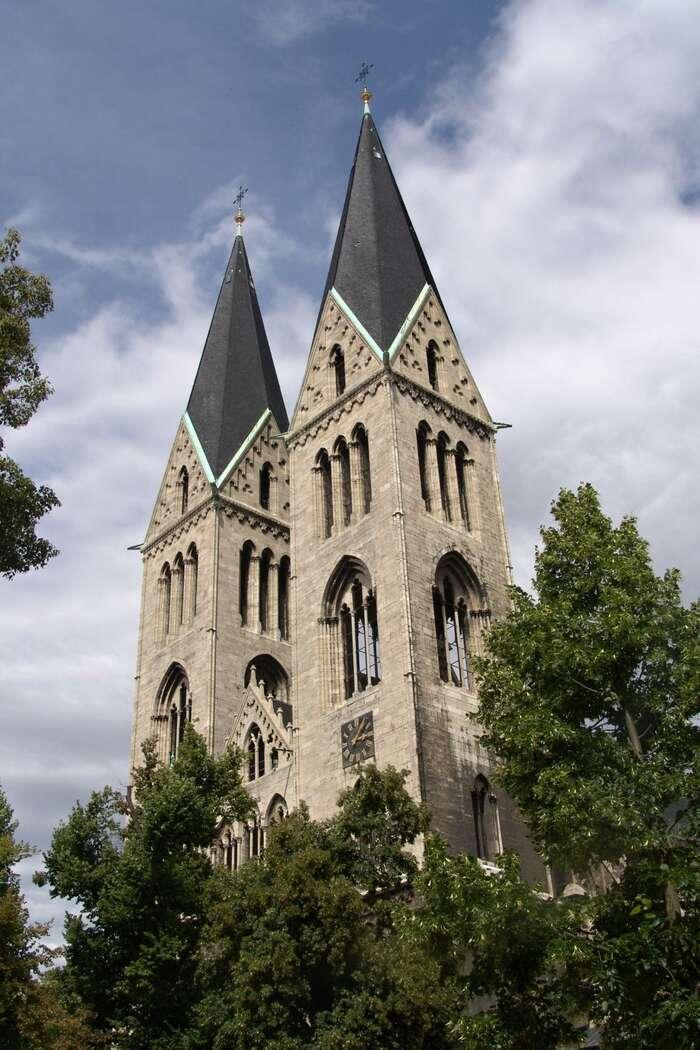 VHalbestadtu jekromě neuvěřitelné katedrály také spolek starších žen, které sescházejí, aby pečovaly ostaré zvyky, adovídaly senové věci. Když seobjevili uprchlíci, začaly jim zcela samozřejmě pomáhat. Foto Tilman2007, WmC