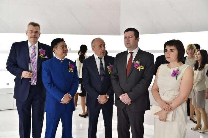 S prezidentem CEFC. Vztahy předsedy ČSSD sčínským režimem jsou dlouhodobě nadstandardní. Foto FBMoser Glassworks