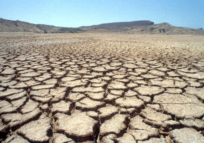 Sucho můžeme pozorovat čtverým způsobem: jako sucho půdní  svysychající půdou, zemědělské sucho, kdy vadnou rostliny, hydrologické sucho zase ukazují nízké stavy navodočtech vřekách, když tocelé začne opravdu vadit lidem, tak sezačíná mluvit osocioekonomickém suchu. Foto Evan Schneider, UNPhoto